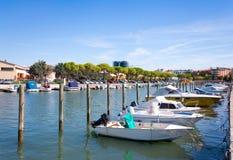 Boote im Stadtzentrum von Grado, Italien Stockbilder