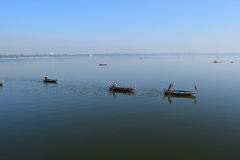 Boote im Taungthaman See nahe Amarapura, Myanmar Lizenzfreie Stockfotos