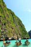 Boote im tropischen Meer, Maya Bay, Thailand Lizenzfreies Stockfoto