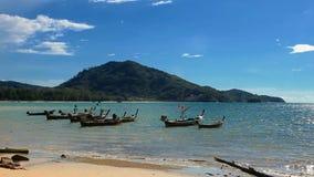 Boote im tropischen Meer nahe Strand stock footage