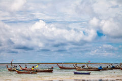 Boote im tropischen Meer thailand Stockfotos