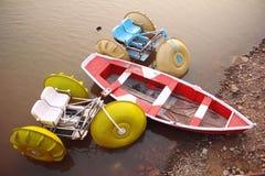 Boote im Wasser auf einem öffentlichen Ort Lizenzfreies Stockfoto