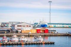 Boote im Wasser am Hafen von Reykjavik in Island Lizenzfreie Stockfotografie