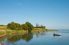 Boote im Wasser nahe der Küstenlinie in Dänemark Lizenzfreie Stockbilder