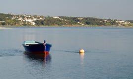 Boote im Wasser von Foz tun Arelho Stockfotografie