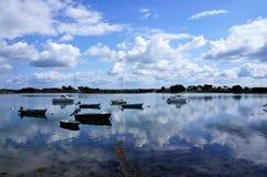 Boote im wenigen Hafen des Insel Heiligen Cado Brittany France stockbilder