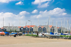 Boote am Jachthafen Huizen. stockfoto