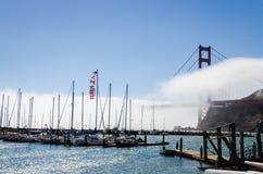 Boote am Jachthafen neben Golden gate bridge Stockbilder