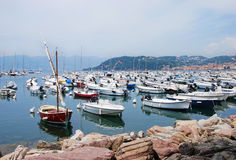 Boote am Jachthafen von Lerici stockbild