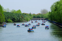 Boote am Jahrhundert-Park Shanghai stockfotos