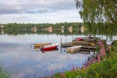 Boote, Kanus und wilde Blumen Stockfotos