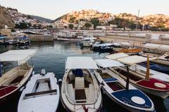 Boote am kleinen Hafen im adriatischen Erholungsort in alter Ulcinj-Stadt während des Sonnenuntergangs lizenzfreie stockbilder