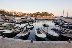 Boote am kleinen Hafen im adriatischen Erholungsort in alter Ulcinj-Stadt während des Sonnenuntergangs lizenzfreies stockfoto