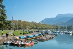 Boote koppeln am Pier in Annecy, Frankreich an Lizenzfreies Stockbild