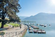 Boote koppeln am Pier in Annecy, Frankreich an Lizenzfreie Stockfotos