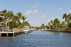 Boote koppelten auf Kanal an Stockfotografie