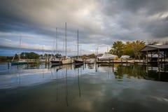 Boote koppelten im Hafen, in St. Michaels, Maryland an stockfotografie