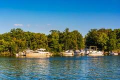 Boote koppelten im hinteren Fluss an, gesehen am Cox-Punkt-Park, in Essex lizenzfreies stockfoto