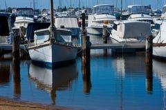 Boote koppelten am Jachthafen an Stockfotos