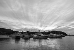 Boote koppelten in Nelson Bay an einem bewölkten Tag an Stockfotografie