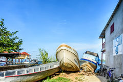 Boote an Land gezogen, Livingston, Guatemala Lizenzfreie Stockfotos