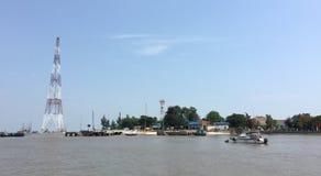 Boote laufen auf dem Fluss in Thai Nguyen, Vietnam Lizenzfreie Stockfotos
