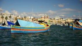 Boote Luzzu an Marsaxlokk-Hafen stock video footage
