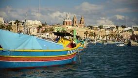 Boote Luzzu an Marsaxlokk-Hafen stock video