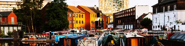Boote machten am Abend an berühmtem Birmingham-Kanal in Großbritannien fest stockfoto