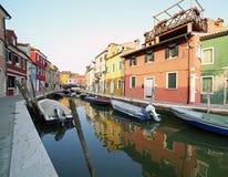 Boote machten auf der Wasserstraße und der Reflexion auf dem Wasser von fest Stockbilder