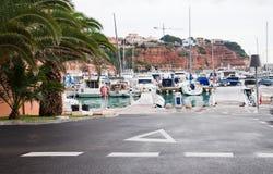 Boote machten in den Jachthafengebäuden auf rotem Sedimentgestein fest Stockfotos