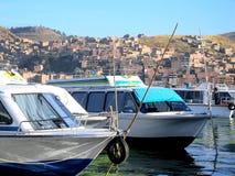 Boote machten in Puno-Hafen auf Titicaca-See in Peru fest Lizenzfreies Stockbild