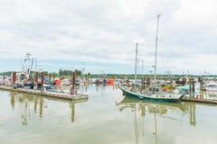 Boote machten an Steveston-Dorf in Richmond, Britisch-Columbia, Kanada fest stockfotos