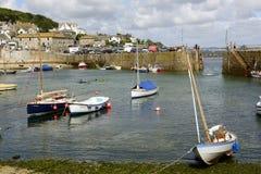 Boote mit Ebbe bei Musehole beherbergten, Cornwall Stockbilder