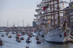 Boote mit Leuten am Segel Amsterdam Lizenzfreie Stockfotos