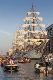 Boote mit Leuten am Segel Amsterdam Lizenzfreies Stockfoto
