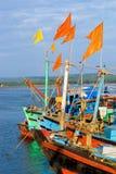 Boote mit Markierungsfahnen lizenzfreie stockfotos