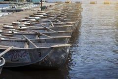 Boote mit Rudern an einer gehenden Station Sommerrest stockfoto