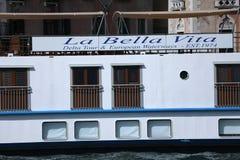 Boote mit Touristen in Venedig, Italien Actv lizenzfreies stockbild