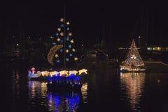 Boote mit Weihnachtslichtern Stockfoto