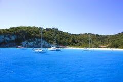 Boote nähern sich einer Insel Stockfoto