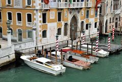 Boote nähern sich Hochschulbrücke in Venedig Lizenzfreies Stockfoto