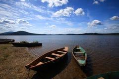 Boote nähern sich See Stockbilder