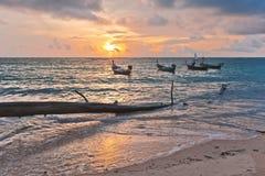 Boote nahe dem Strand stockfotos
