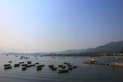 Boote nahe einem Dorf stockbilder