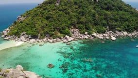 Boote nahe kleinen Inseln Bewegungstauchenboote, die auf ruhiges blaues Meer nahe den einzigartigen kleinen kleinen Inseln angesc stock video footage
