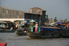 Boote navigieren auf einem Fluss (Vietnam) Stockfotos