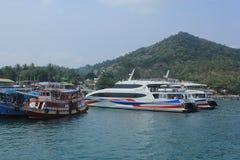 Boote nehmen Touristen zum Tauchen Stockfotos