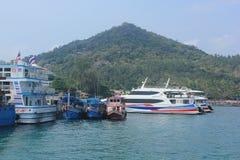 Boote nehmen Touristen zum Tauchen Stockfoto