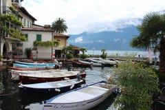Boote parkten im italienischen See Garda, unter den Bergen Lizenzfreies Stockbild